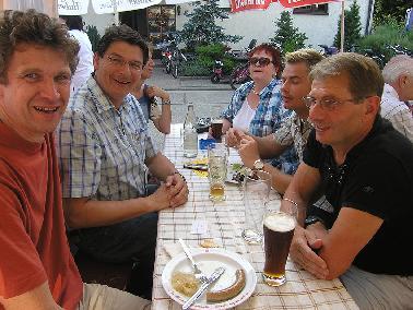 gesellige Runde mit Stefan Rebmann (2. von links)